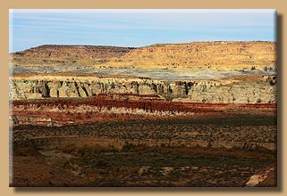 Der Blue Canyon mit seinen blauen Badlands im Hintergrund