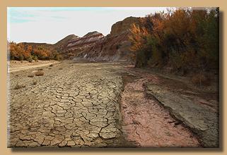 Fahrt durch ein ausgetrocknetes Flussbett