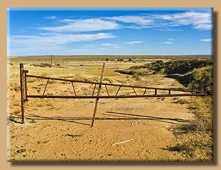 Ein großes Tor versperrt den Weg