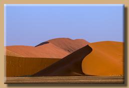 Gewaltige Sanddünen in der Namib-Wüste