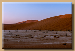 Die Dünenkämme beginnen im ersten Sonnenlicht zu glühen