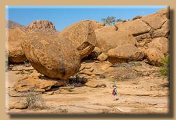 Gaby im Größenvergleich mit den Felsmurmeln