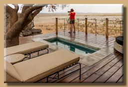 Unsere Terrasse mit Pool und Blick auf das Wasserloch
